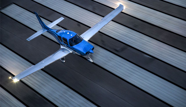 cirrus-aircraft-launches-g6-model-g6-landing