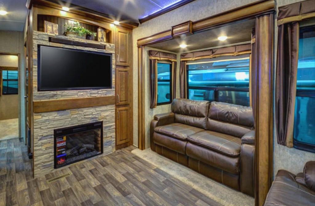 Keystone Montana 3820FK-interior--TV
