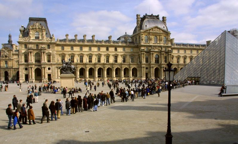 Louvre-ParisMuseumgoers