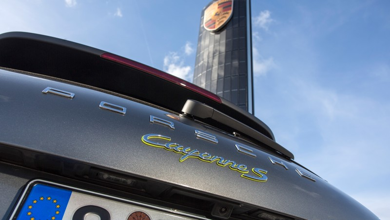 Porsche builds first photovoltaic pylon 2016-