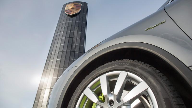 Porsche builds first photovoltaic pylon2016-