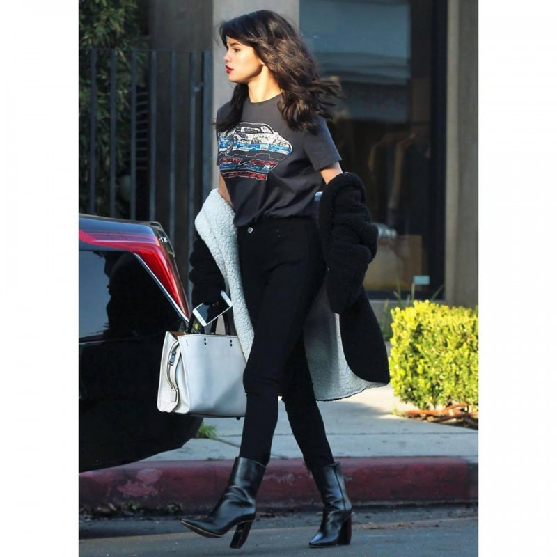 selenagomez-wears-the-coachprespring2017-car-tee-and-glovetanned-leather-rogue