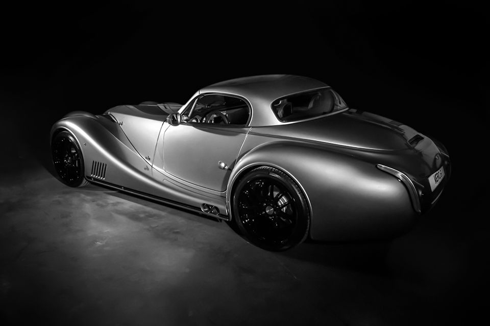 The Aero 8 is available with an optional hardtop that transforms the car into a coupé with ease.