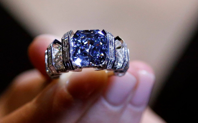 the-sky-blue-diamond-8-01-carats-mounted-on-a-cartier-ring