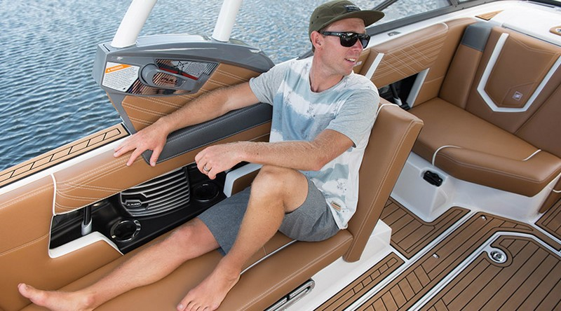 Ultrafast Super Air Nautique G23-the port lounge seat converts from a full length bench to the ultimate stadium seating