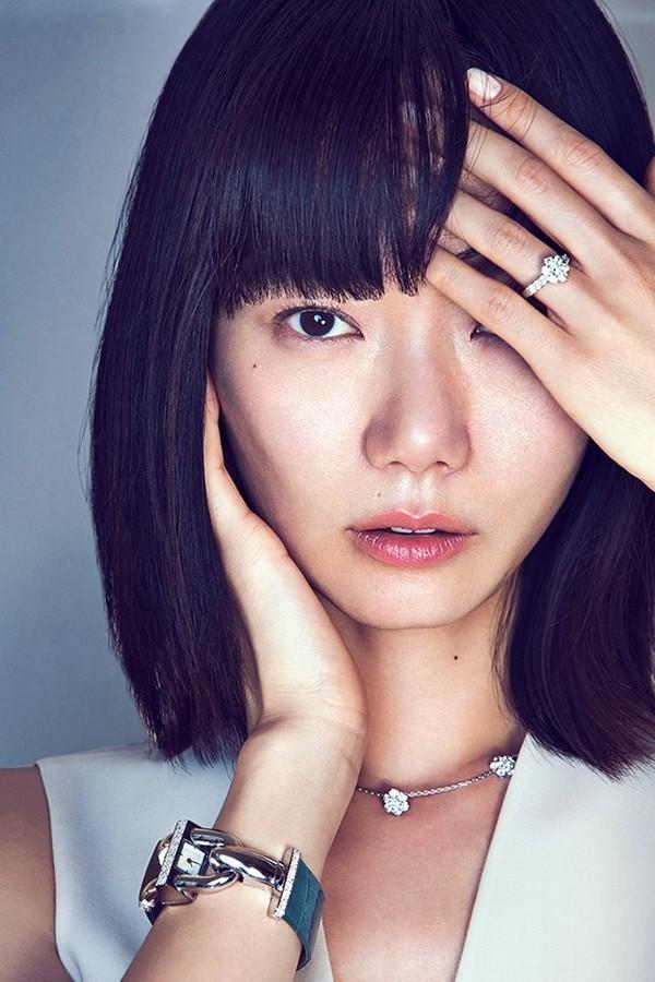 Van Cleef & Arpels at Watches & Wonders 2015, Hong Kong expo-South Korean actress Doona Bae wearing Van Cleef & Arpels Cadenas Bracelet-