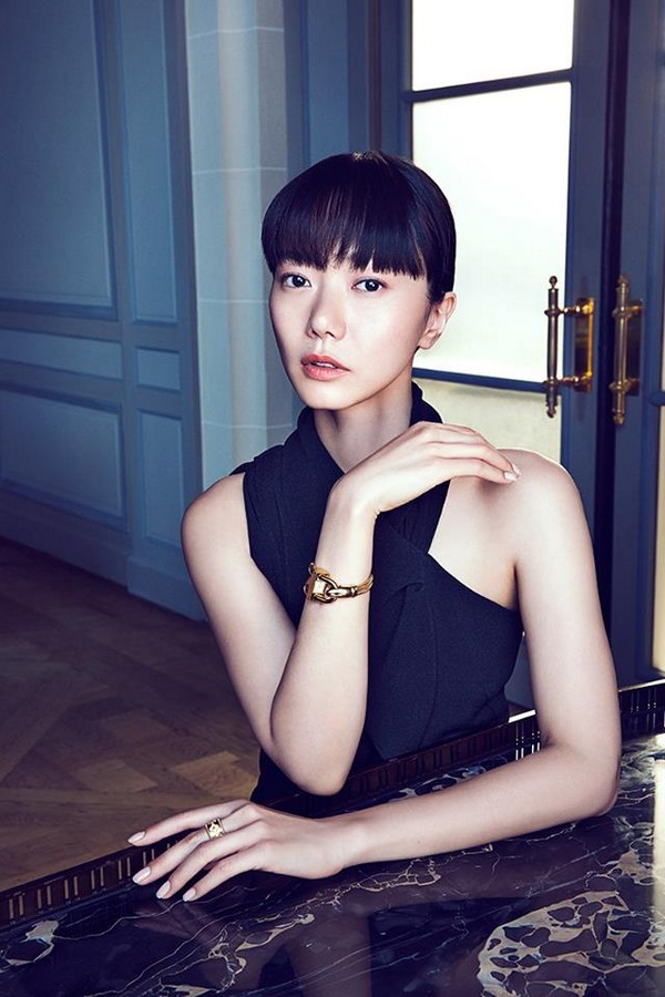 Van Cleef & Arpels at Watches & Wonders 2015, Hong Kong expo-South Korean actress Doona Bae wearing Van Cleef & Arpels Cadenas Bracelet Or watch
