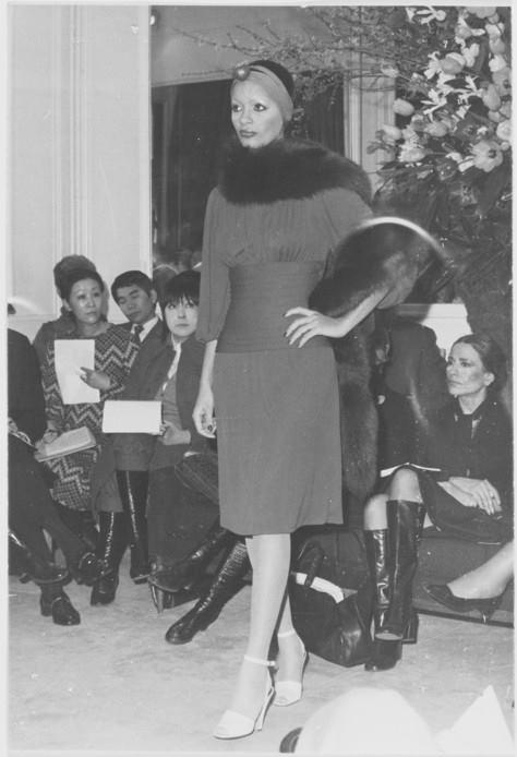 YSL 1971 - robe de jour courte boa de renard argent