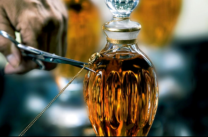 "amphoras are sealed with a golden thread tied in a ""perfumer's bow"" by Dior's"