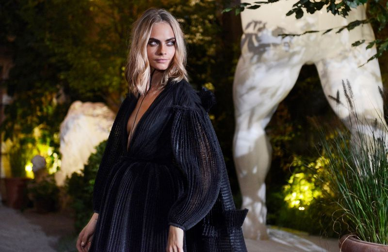 burberry-london-fashion-week-2017-cara-delevigne-arrives-to-attend-the-burberry-september-2016-show
