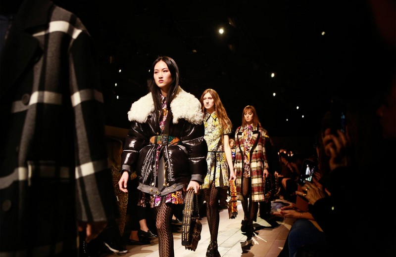 burberry womenswear - Uncover the Burberry February 2016 show, from backstage to the runway