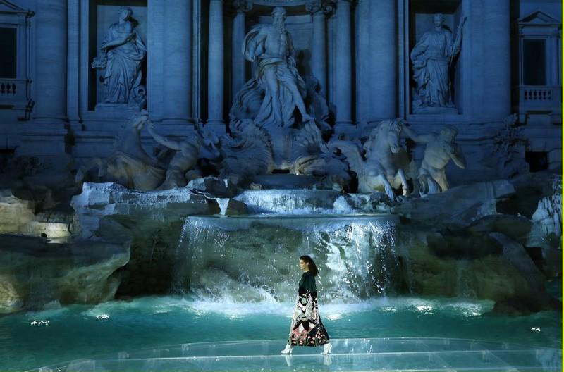 fendi-trevi-fountain-fashion-show-rome