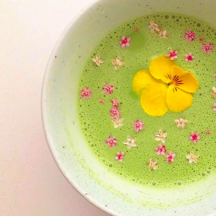 matcha-bowl-with-fresh-flowers-from-teaspoons-and-petals