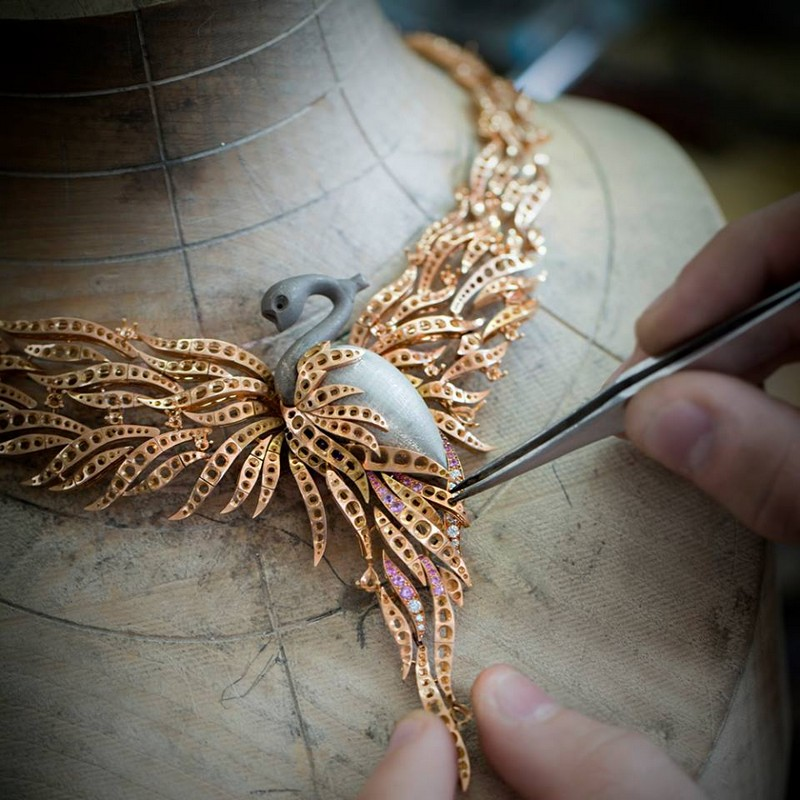 the jewelry structure of the Van Cleef & Arpels Flamant corail necklace