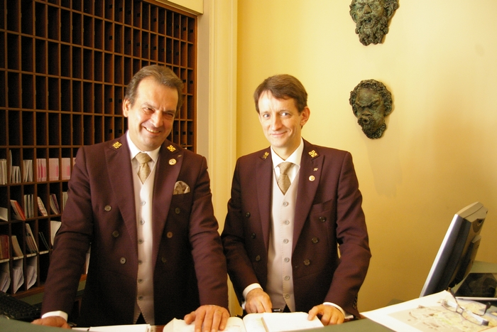 how to become a hotel concierge