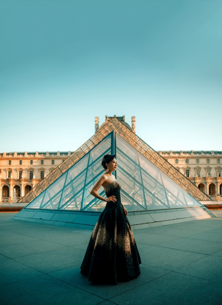2019 Anna Hu in front of Musée du Louvre, Paris