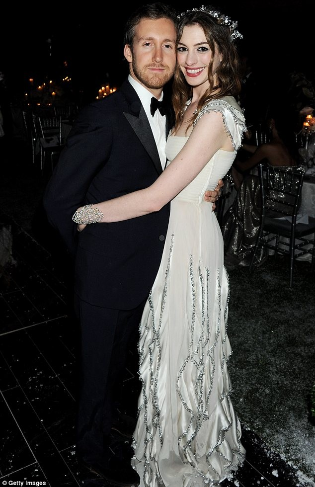 Anne-Hathaway marries Adam Shulman