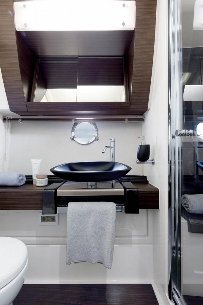 Azimut 55 interior bathroom