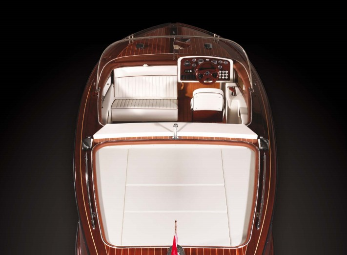 BOESCH 710 Ascona de Luxe is a powerful ski boat with an exhilarating wake-