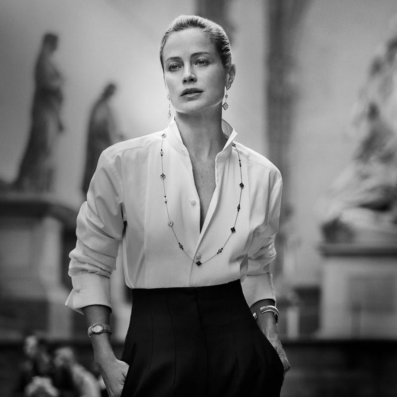 Carolyn Murphy in Opera jewels elegantly walking across Piazza della Signoria in Florence,