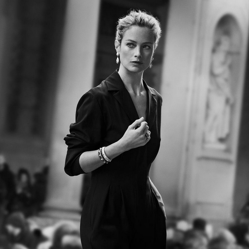 Carolyn Murphy's classic beauty enhances the iconic design of the Macri collection
