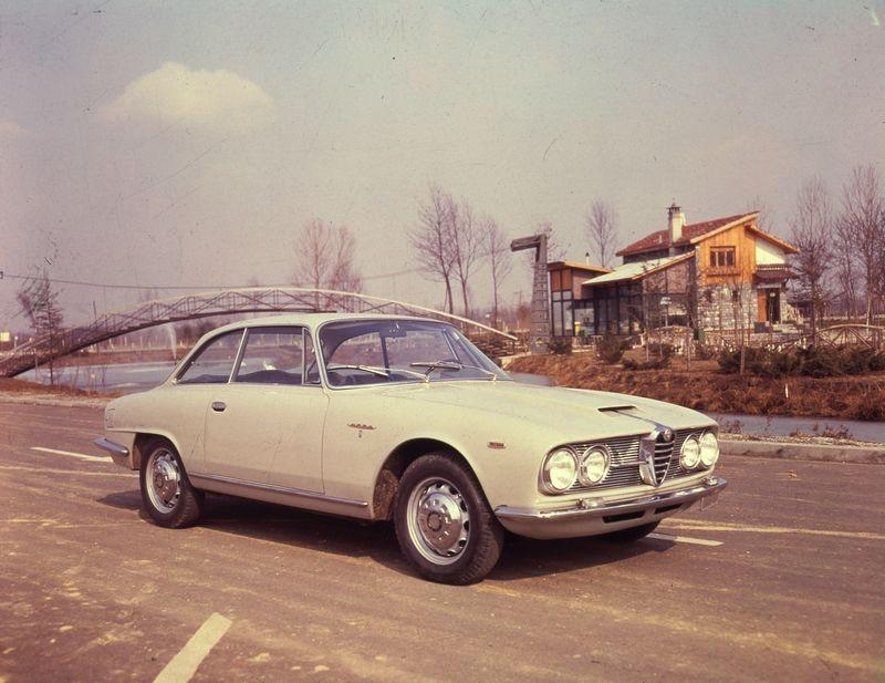 FCA_heritage_alfa_romeo_2600_sprint car