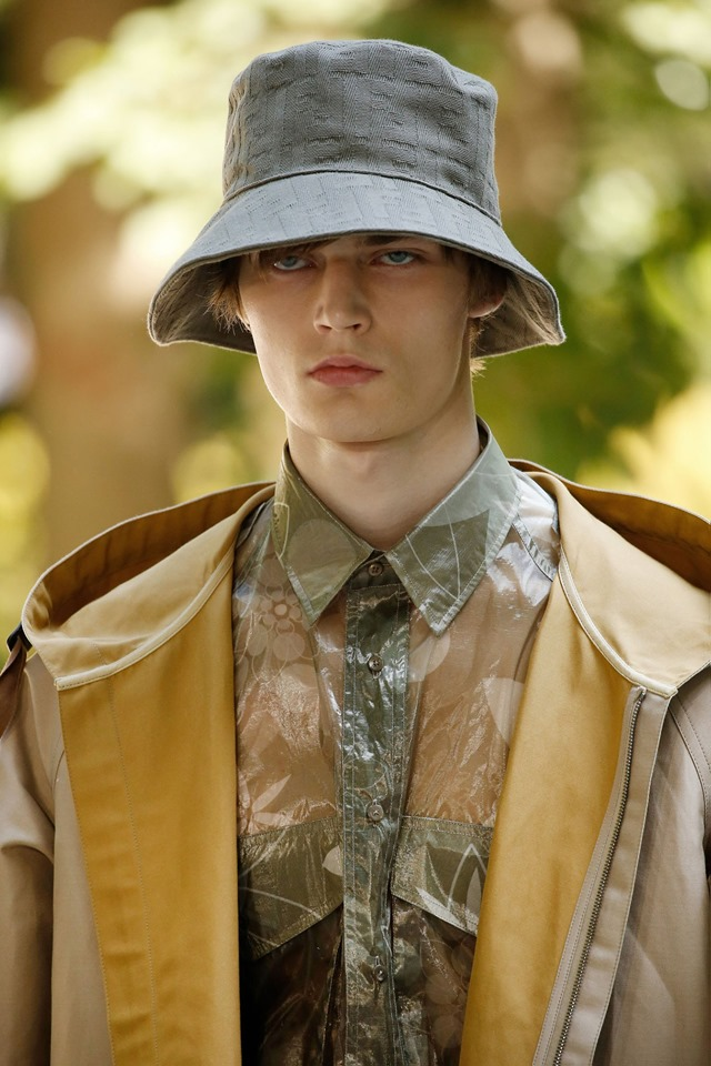 Fendi SS2020 - Under the sun in the garden, a straw hat and a Pequin wool picnic blanket are mandatory