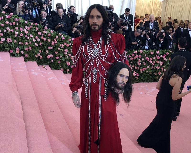 Jared Leto shows us that two heads may be better than one on the MetGala red carpet