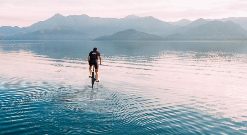 Manta5 Hydrofoiler XE-1 hydrofoil bike on the lake