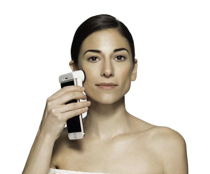 Neutrogena Skin360 SkinScanner In-Use-CES2018
