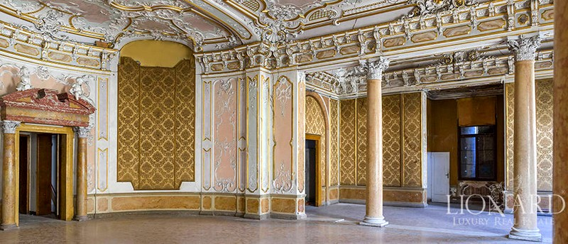 Over 6,000 sqm, original ceilings with stucco decorations, gold and frescoes, multicoloured glass and mosaic floors
