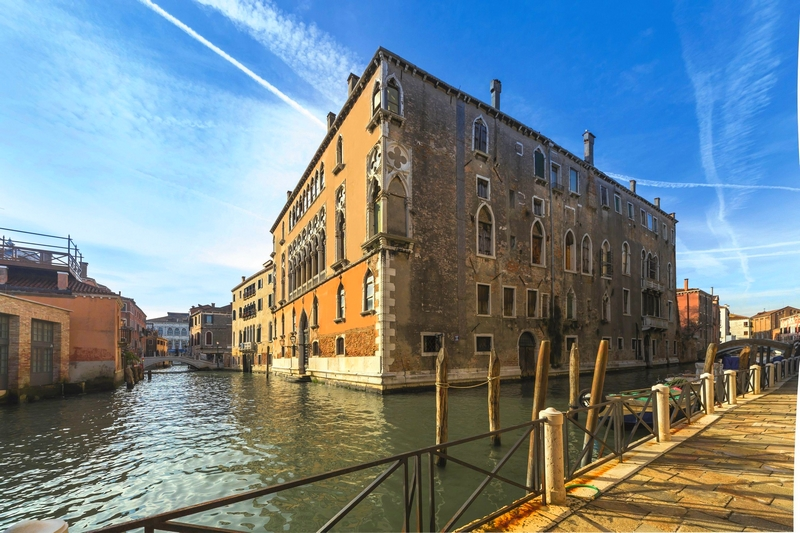 Palazzo Donà Giovannelli, located just a few meters from the Grand Canal, is a marvellous Venetian Palace that dates back to the XV° century,