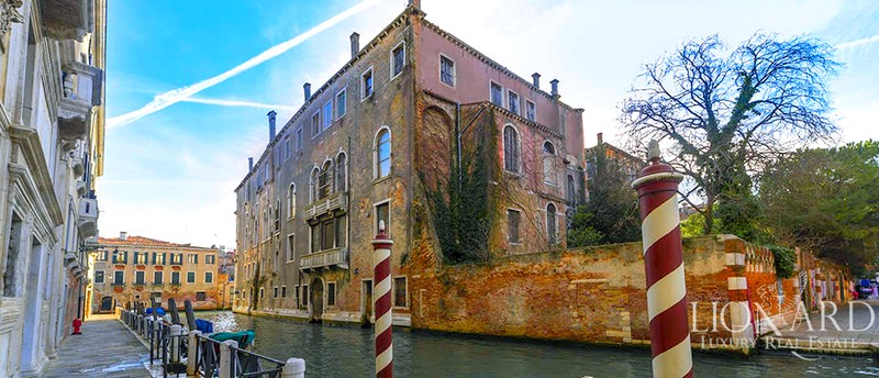 Palazzo Donà Giovannelli, located just a few meters from the Grand Canal