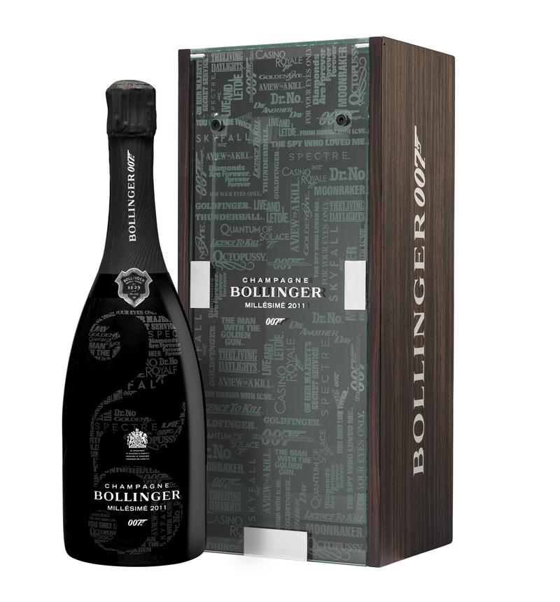 The Bollinger 007 Limited Edition Millésimé 2011 - Coffret 007 et bouteille à côté fond blanc