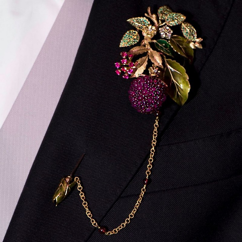 The Dolce&Gabbana Alta Gioielleria stickpin brooch in yellow and white gold with rhodolite garnets