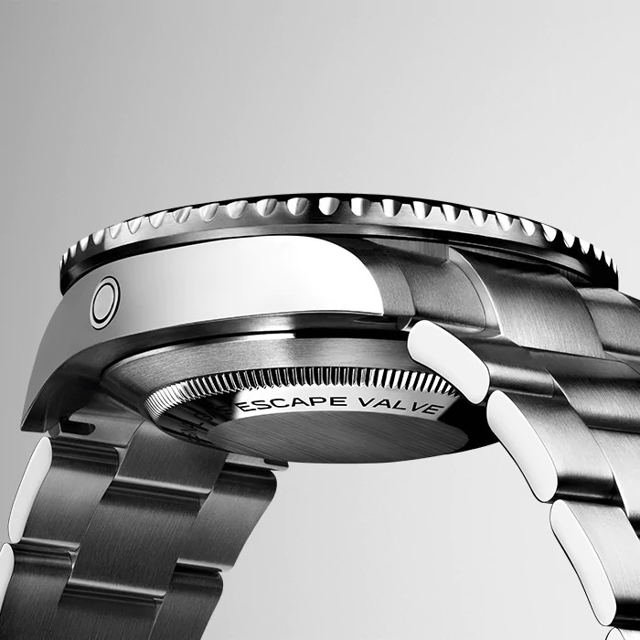 The Sea-Dweller is revisited fot its 50th anniversary in a bolder 43mm case