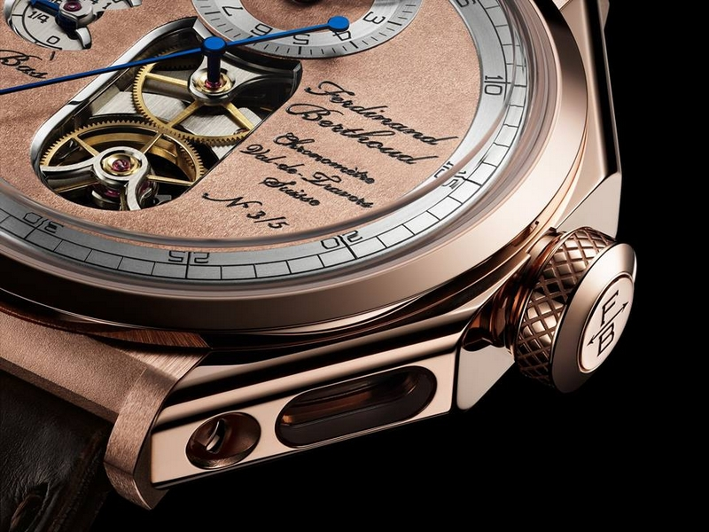 The case of the Chronomètre FB 1.2-1 is entirely made of 18-carat rose gold, as are the dial, lugs, fastening screws and three half-bridges visible through the back