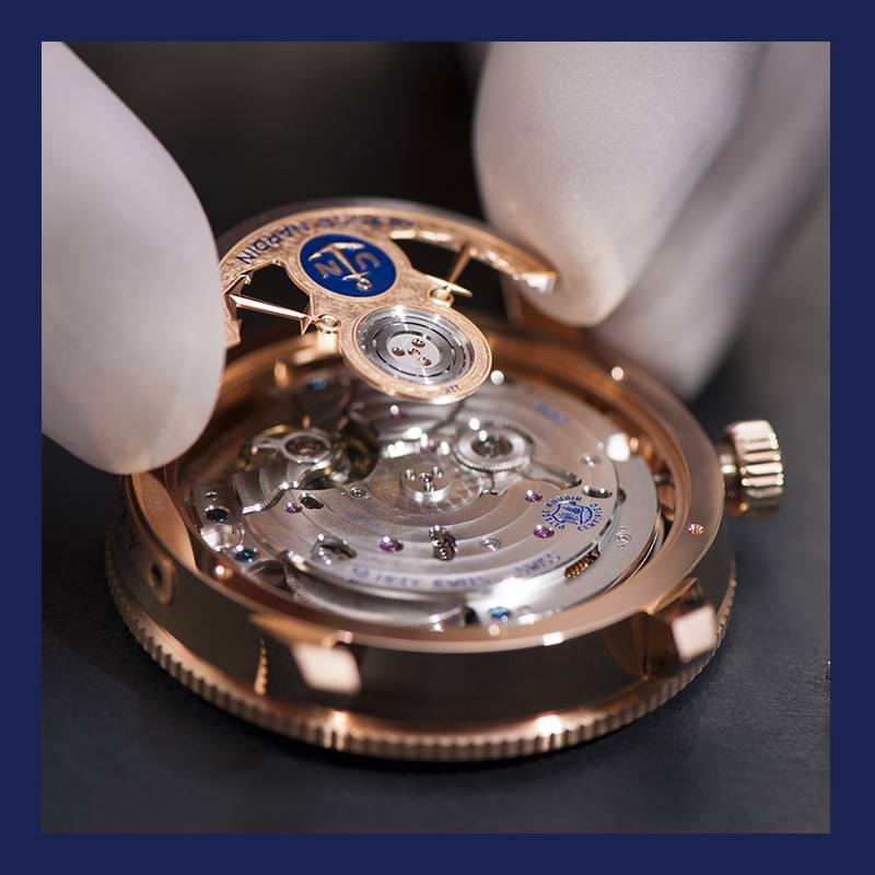 Ulysse Nardin MarineTorpilleur watch - The watchmaker is attaching the rotor of the Marine Torpilleur