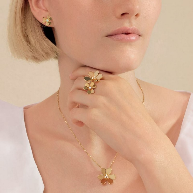 Van Cleef & Arpels Frivole motif lends itsfelf to a play of metamorphosis to become a clip or a pendant