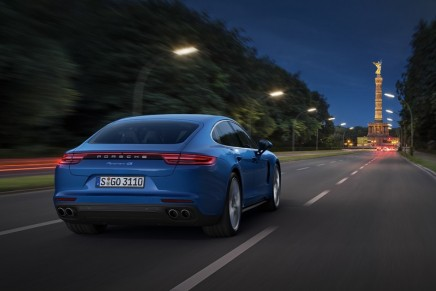The new 2017 Porsche Panamera 4S. You will immediately recognize the coupé-like roof line, but it is much 'faster'