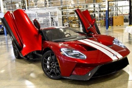 The first road-going version of the all-new 2017 Ford GT has rolled off the line