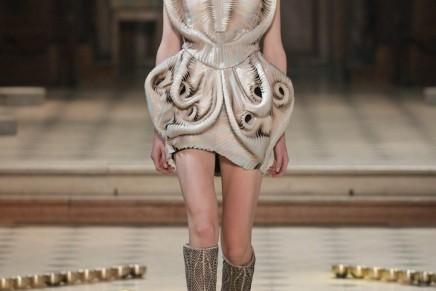 Seijaku by Iris Van Herpen – a vibrational fashion phenomena that interacts with sound