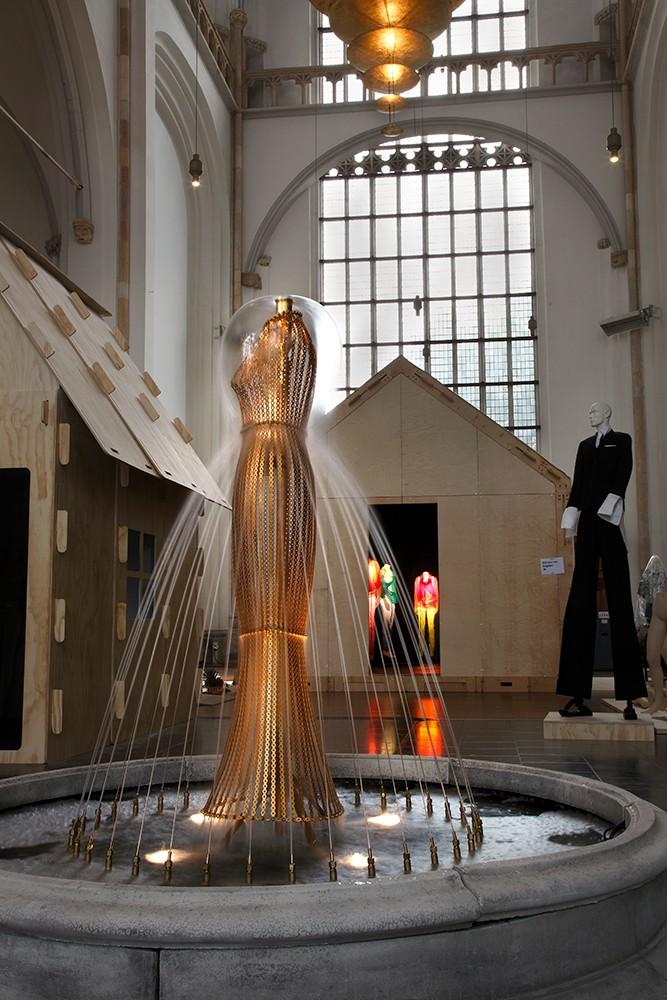 kei kagami conceptual pieces - water dress at Arnhem mode biennale 2009, photo by Ernst Moritz