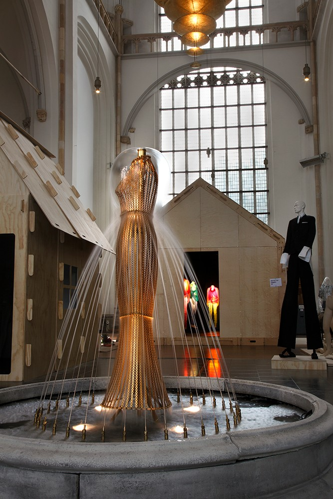 kei kagami conceptual pieces - water dress at Arnhem mode biennale 2009, photo by Ernst Moritz